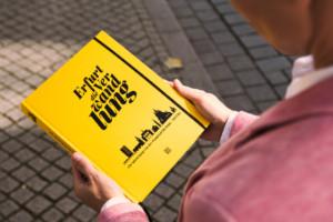 Die Autorin Melanie Thurm unterwegs in der Altstadt von Erfurt mit dem Buch Erfurt die Verwandlung.